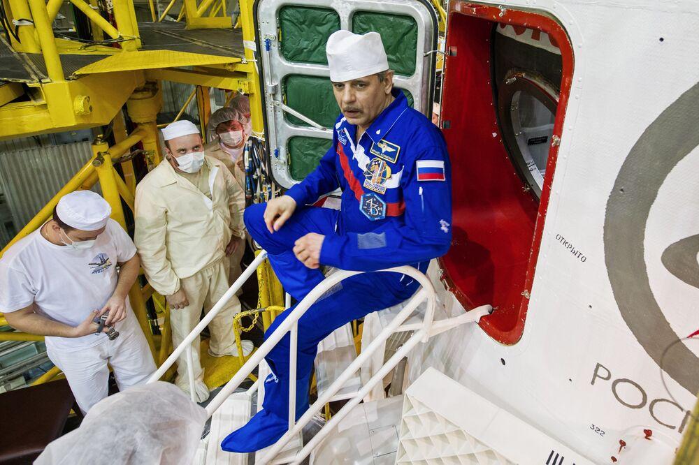 Il cosmonauta del Roscosmos Mikhsil Kornienko durante il controllo finale della nave spaziale al cosmodromo di Baikonur.