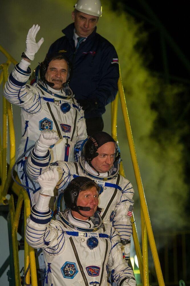 I membri dell'equipaggio principale del Soyuz - i cosmonauti di Roscosmos Mikhail Kornienko, Gennady Padalka e l'astronauta della Nasa Scott Kelly.