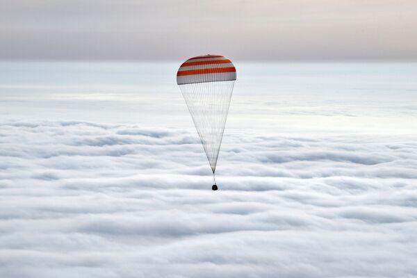 La capsula con i cosmonauti nel cielo sopra Kazakistan. - Sputnik Italia