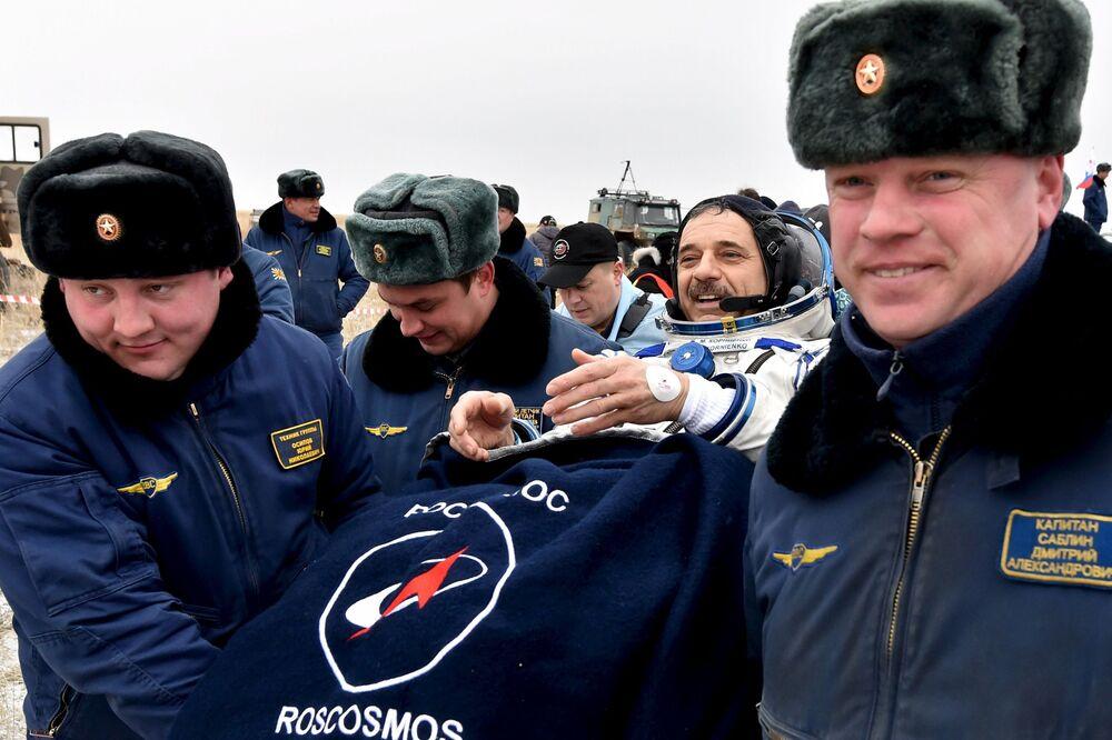 Il cosmonauta russo Mikhail Kornienko dopo il rientro dallo spazio, il 2 marzo, 2016.
