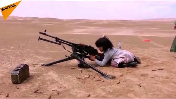 Ragazza impara a sparare con la mitragliatrice - Sputnik Italia