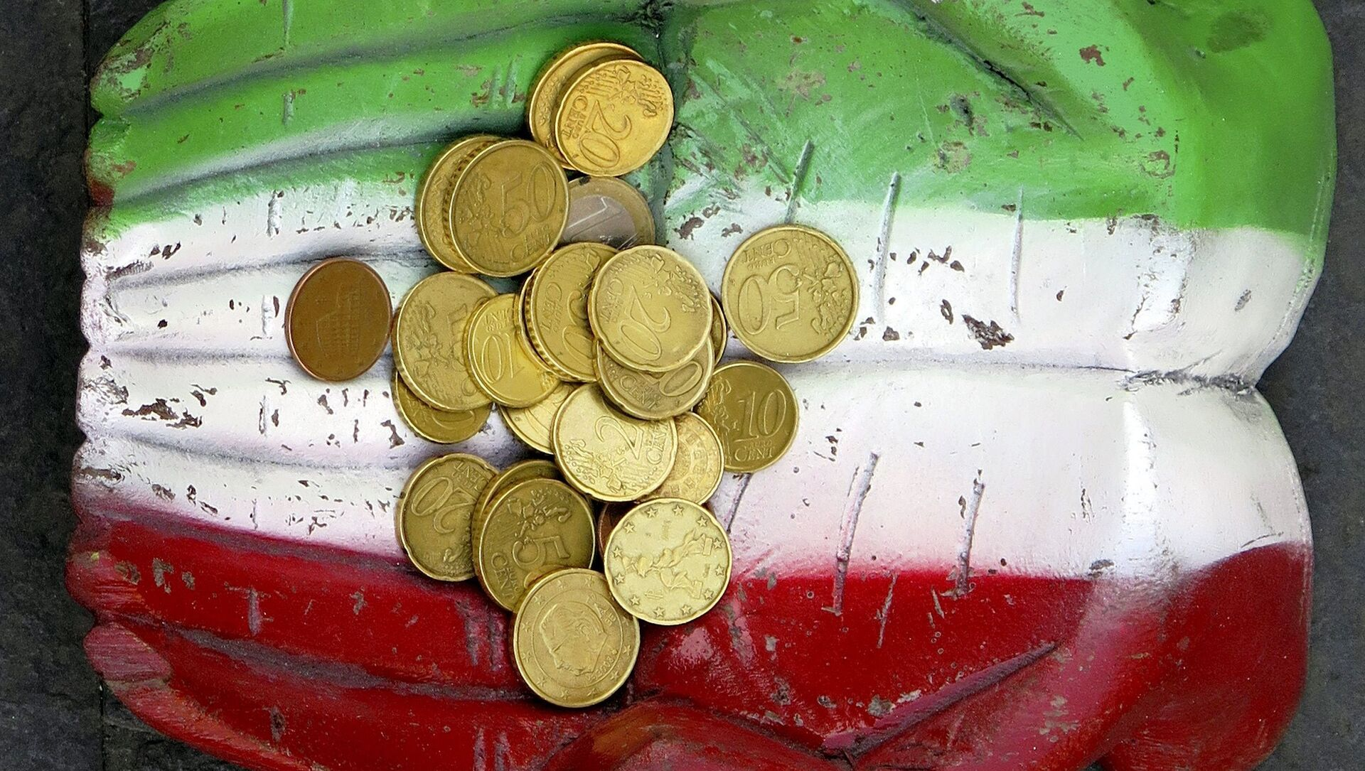 Monete euro e la bandiera italiana - Sputnik Italia, 1920, 04.03.2021