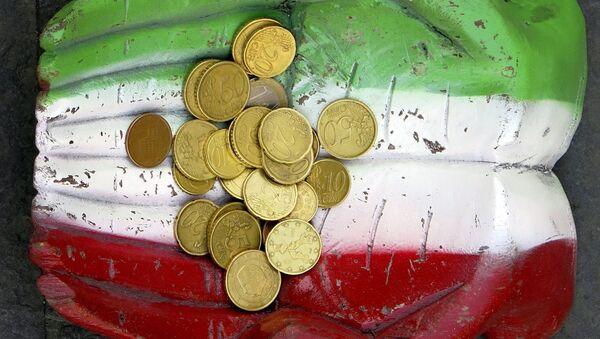 Monete euro e la bandiera italiana - Sputnik Italia