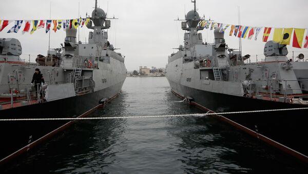 Le navi lanciamissili Zeleniy Dol e Serpukhov(a destra) a Sebastopoli. - Sputnik Italia