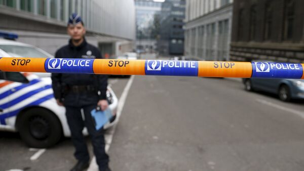 A Belgian police officer stands guard near the federal police headquarters in Brussels, March 19, 2016, after Salah Abdeslam, the most-wanted fugitive from November's Paris attacks, was arrested after a shootout with police in Brussels on Friday. - Sputnik Italia