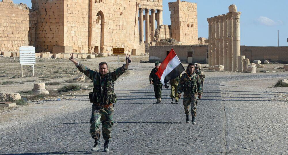Soldati siriani tra le rovine di Palmira liberata