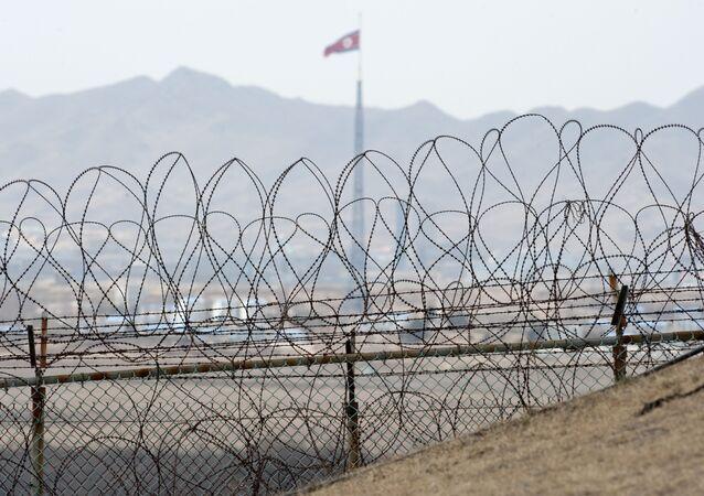 La bandiera nordcoreana al confine tra le due Coree