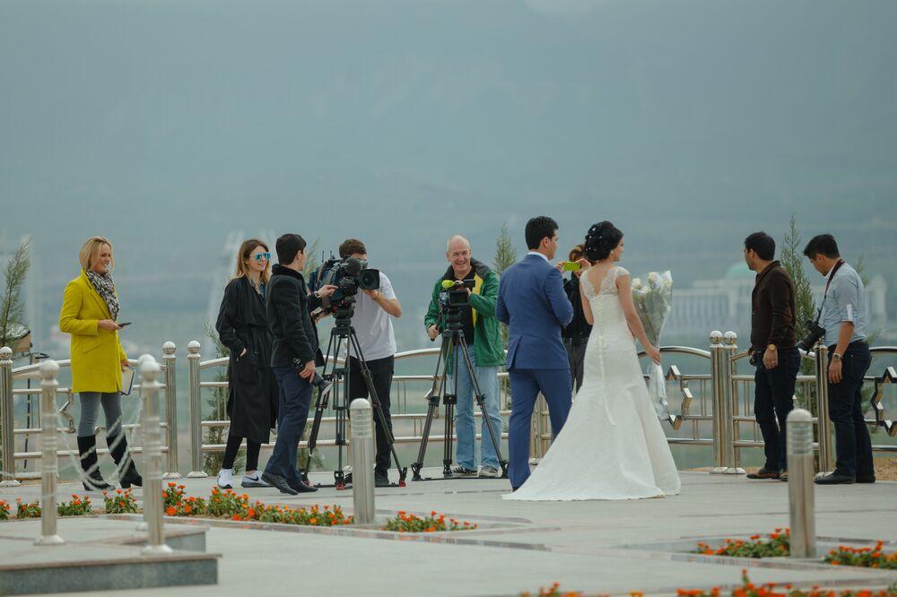 Ashgabat, coppia turkmena sotto l'obiettivo dei giornalisti stranieri