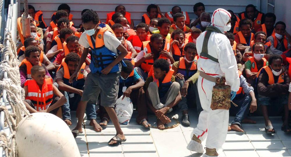 i migranti nel porto di Lampedusa