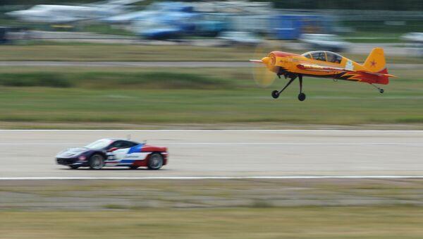 Суперкар Ferrari 458 Italia и учебно-тренировочный самолет пилотажой группы Первый полет Як-54 во время авто-авиа шоу Форсаж в подмосковском Жуковском  - Sputnik Italia