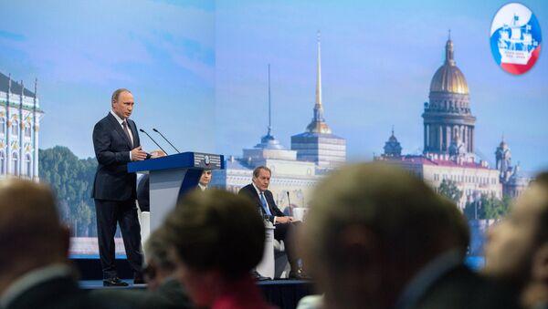 Putin prende la parola al Forum Economico Internazionale di San Pietroburgo - Sputnik Italia