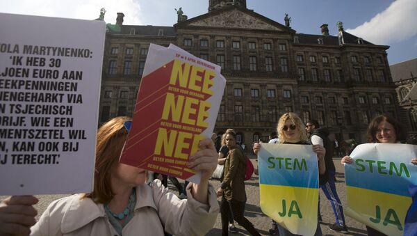 Sostenitori e oppositori dell'associazione Ucraina-UE ad Amsterdam - Sputnik Italia
