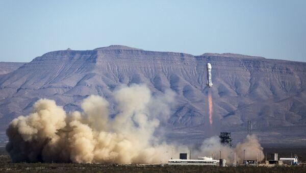 Третья по счету мягкая посадка ракеты New Shepard компанией Blue Origin в Техасе - Sputnik Italia