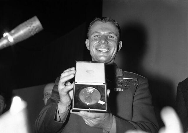 Yuri Gagarin insignito della medaglia d'oro della British Interplanetary Society