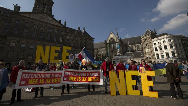Demonstrators call for people to vote no in the EU referendum during a protest at Dam Square in Amsterdam, the Netherlands April 3, 2016. - Sputnik Italia