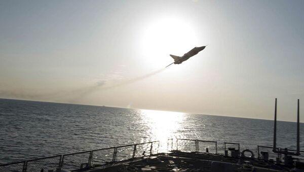 Caccia russo Su-24 sopra la nave militare USA Donald Cook nel Baltico - Sputnik Italia
