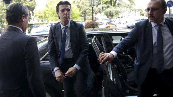 Spain's Industry Minister Jose Manuel Soria (C) arrives for an event in Madrid, Spain, April 13, 2016 - Sputnik Italia