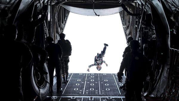 Солдат Сил быстрого реагирования Индонезии во время подготовки к прыжку с парашютом  - Sputnik Italia