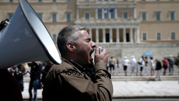 Un uomo grida tramite un altoparlante - Sputnik Italia