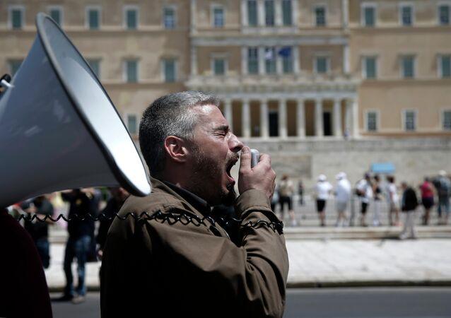Un uomo grida tramite un altoparlante