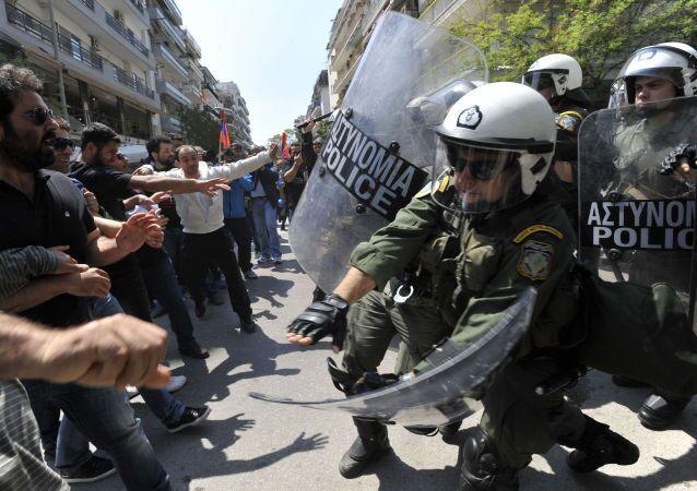 Столкновение демонстрантов с полицией Греции на ежегодном митинге в знак протеста против массовых убийств армян в Османской Турции в Салониках