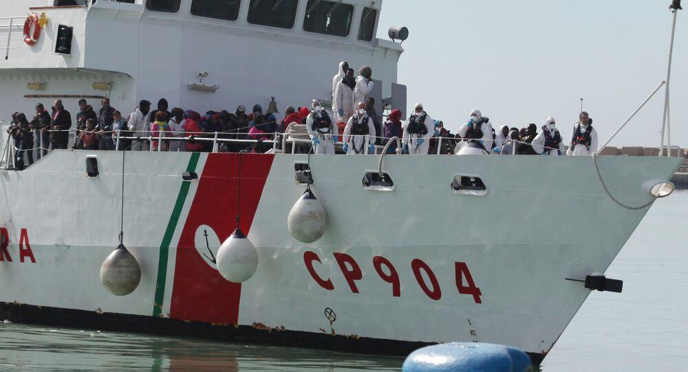 Guardia Costiera italiana in soccorso migranti nel Mediterraneo