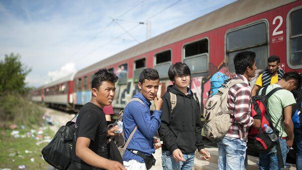 Migrants and refugees board a train, after crossing the Greek-Macedonian border, near Gevgelija on October 5, 2015. - Sputnik Italia