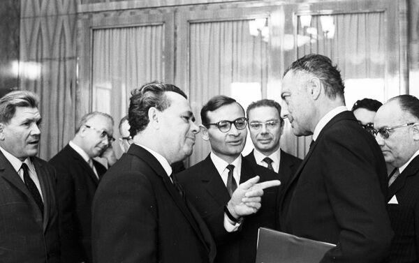 Il ministro del Commercio estero Nikolay Patolichev, a sinistra, ed il presidente della FIAT Giovanni Agnelli in un incontro del 1966 - Sputnik Italia