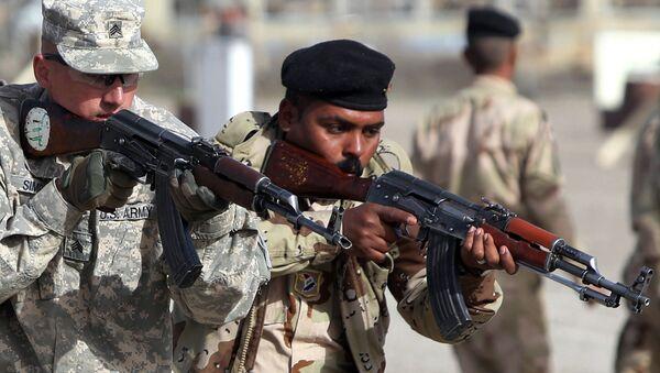 Soldato americano addestra militare iracheno - Sputnik Italia