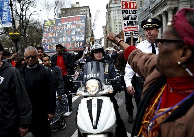 Manifestazione a New York contro la crudeltà della polizia