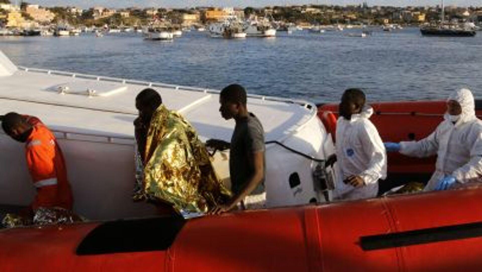 Nel porto di Lampedusa sbarcano migliaia di migranti   - Sputnik Italia, 1920, 20.02.2021