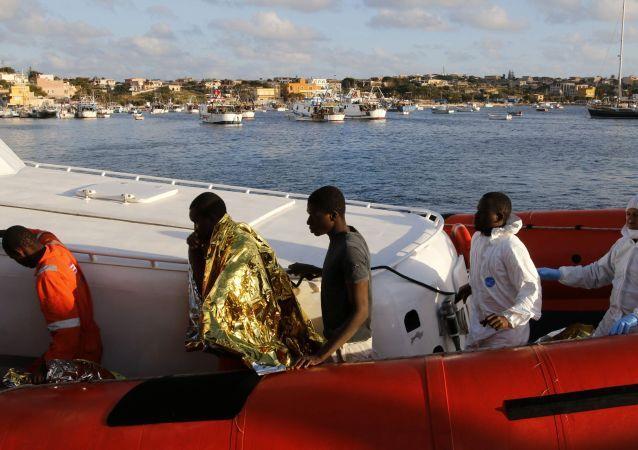 Nel porto di Lampedusa sbarcano migliaia di migranti
