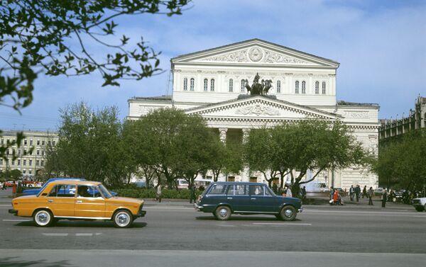 Una Zhiguli di fronte al teatro Bolshoi - Sputnik Italia