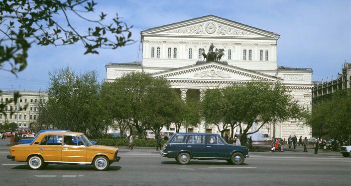 Una Zhiguli di fronte al teatro Bolshoi