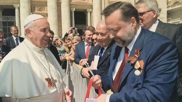 Papa Francesco con il deputato del Partito Communista della Federazione Russa Pavel Dorokhin - Sputnik Italia