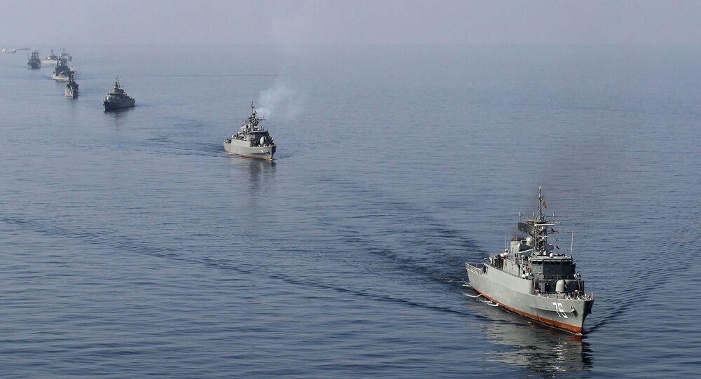 Navi iraniane nello stretto di Hormuz (foto d'archivio)