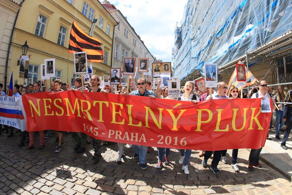 La manifestazione Bessmertny Polk a Praga.