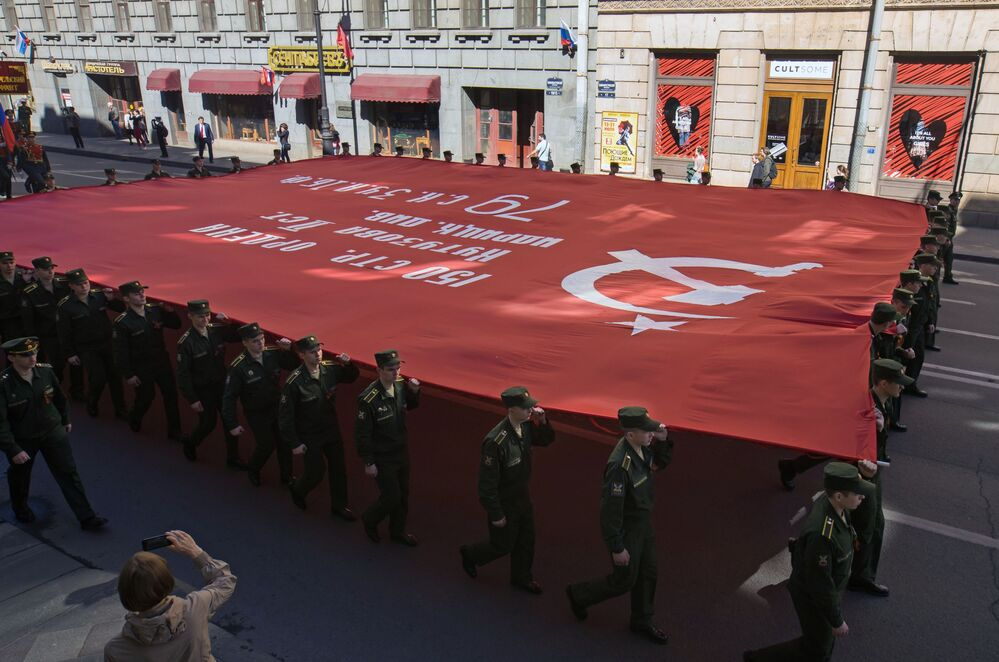 La manifestazione Bessmertny Polk a San Pietroburgo.