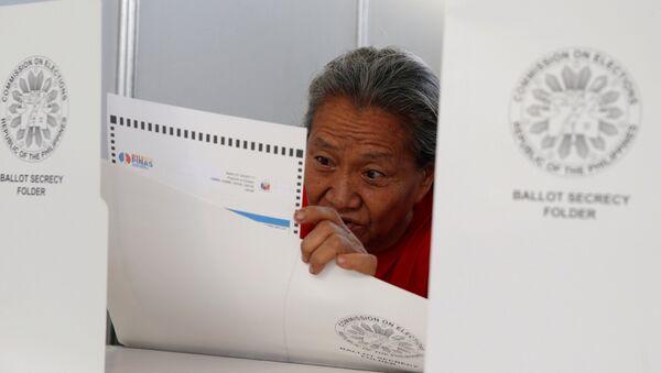 Un residente vota al seggio elettorale a Davao, il 9 maggio, 2016. - Sputnik Italia