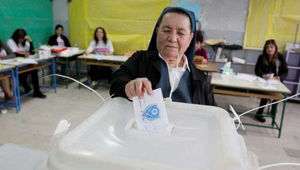 A nun casts her ballot at a polling station in Zahle during Lebanon's Bekaa municipal elections, May 8, 2016 - Sputnik Italia