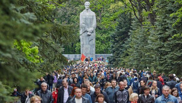 Горожане у Мемориала Славы в Харькове - Sputnik Italia