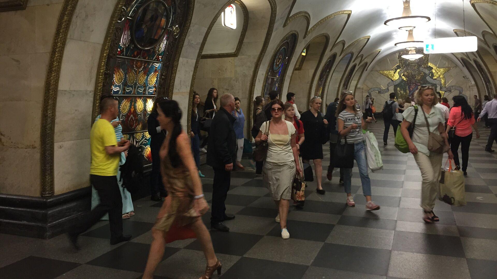 Alla stazione Novoslobodskaja della metro di Mosca - Sputnik Italia, 1920, 14.06.2021