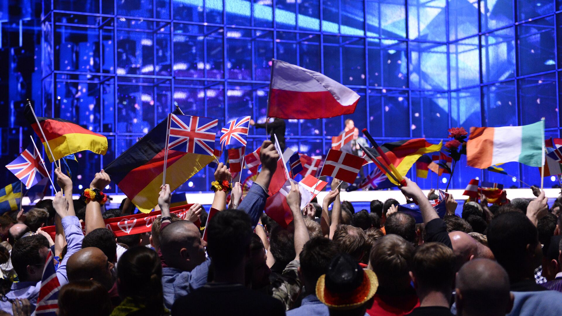 Supporters wave flags ahead of the Eurovision Song Contest 2014 Grand Final in Copenhagen, Denmark, on May 10, 2014 - Sputnik Italia, 1920, 24.08.2021