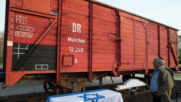 Un israeliano sosta di fronte ad uno dei vagoni usati per trasportare gli ebrei nei lager . - Sputnik Italia