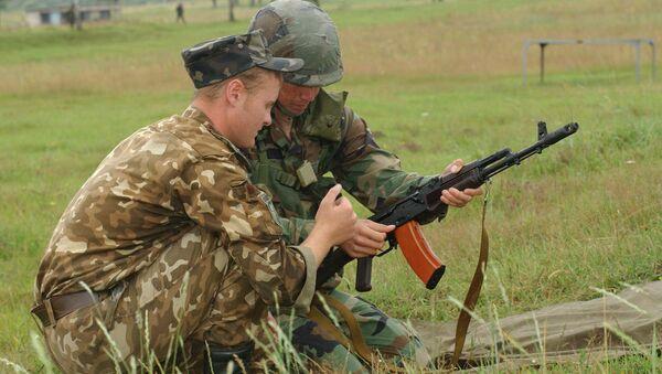Ufficiale ucraino con soldato USA - Sputnik Italia