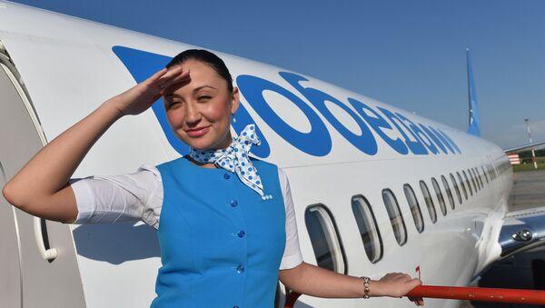 Стюардесса авиакомпании Победа на трапе самолета - Sputnik Italia