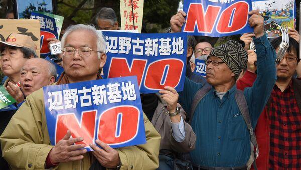 Manifestanti davanti alla base militare USA ad Okinawa - Sputnik Italia