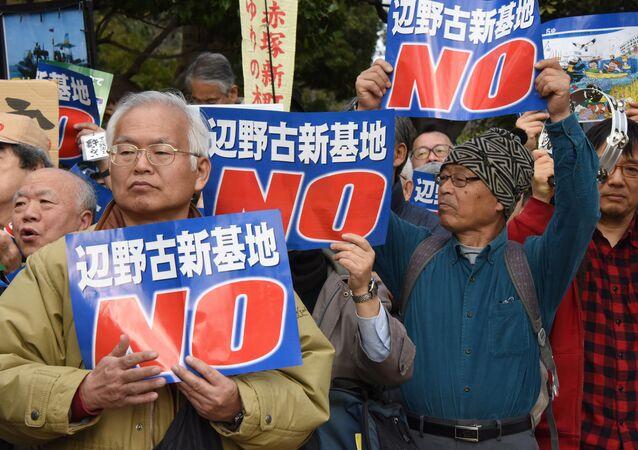 Manifestanti davanti alla base militare USA ad Okinawa