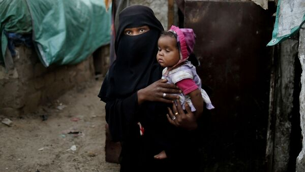 Девушка с ребенком из общины Muhammasheen, бежавшая из города Таиз в Йемене - Sputnik Italia