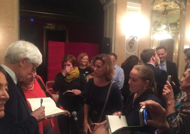 Beppe Severgnini firma dediche all'Ambasciata d'Italia a Mosca